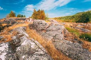 rotsachtig landschap dichtbij Helsinki, aard van Finland foto