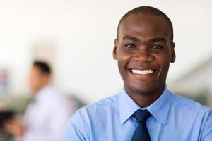 gelukkig en lachende jonge Afro-Amerikaanse zakenman foto