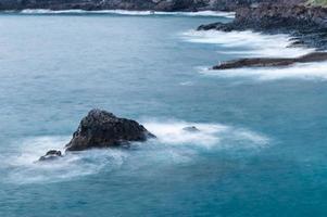 rotsachtige kustlijn van los gigantes, tenerife foto
