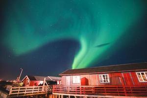 enorme levendige aurora borealisme noorderlicht in noorwegen, lofoten eilanden