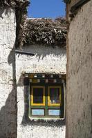 veelkleurig raam in de straten van lo manthang, mustang foto