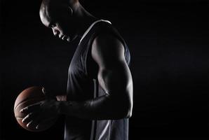 Afro-Amerikaanse basketballer met bal foto