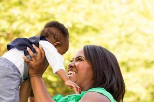 Afro-Amerikaanse moeder die haar zoon. foto