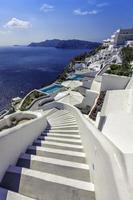 kronkelende trap naar beneden naar de Aeganzee, het eiland Santorini - Griekenland foto