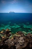 cruiseschip voorbij rif foto