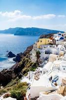 bovenaanzicht op de zee en het dorp oia. Griekenland foto