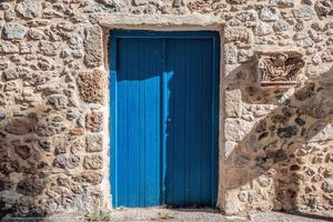 blauwe deur santorini foto