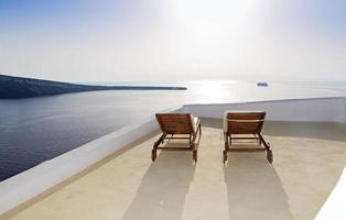 idyllisch terras in oia, santorini, griekenland foto
