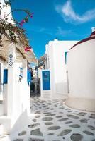 traditionele Griekse steegje op het eiland Mykonos, Griekenland foto