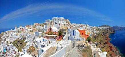 panoramisch uitzicht over oia dorp op santorini eiland foto