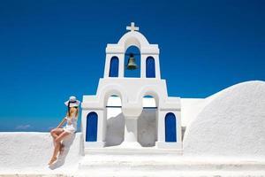 hübsche frau im weißen kleid auf santorini in creta foto