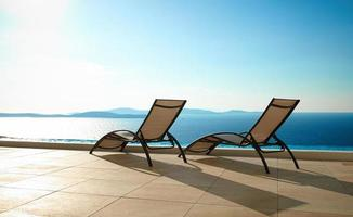 open zee met ligstoelen foto