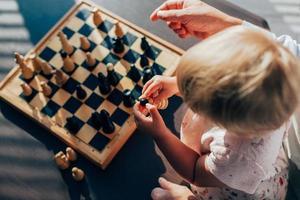 kleindochter schaken met jager foto