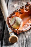 vintage honkbalknuppel en bal foto