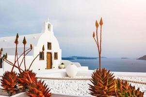 kerk in oia stad, santorini eiland, griekenland foto