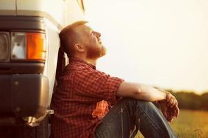 vrachtwagenchauffeur neemt een pauze van zijn werk foto