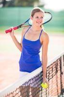 portret van een mooie jonge tennisser op de baan