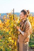 portret van gelukkige jonge vrouw in herfst wijngaard foto