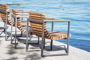 stoelen aan de kade. foto