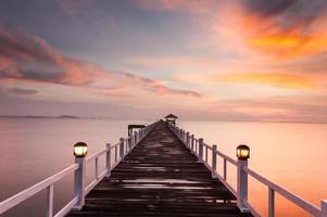 Woodden pier naar de zee