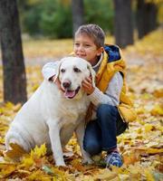 jongen met zijn hond labrador foto
