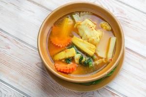 hete en zure soep met plakjes vis en meng groenten foto