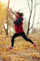 vrouwelijke fitness model training buiten de sport levensstijl.