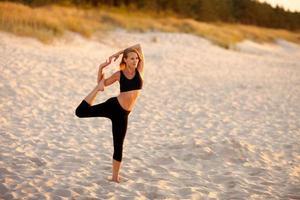 strand yoga sessie aan de Poolse zee foto