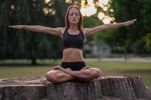 atletische vrouw in een artistieke pose foto