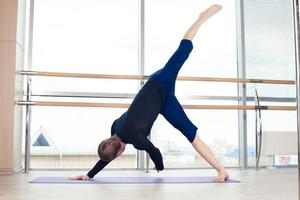 fitness, sport, opleiding en levensstijl concept - mens die oefeningen doet foto