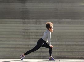 jonge vrouw stretching training foto