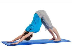yoga - jonge mooie vrouw die geïsoleerde asanaoefening doet foto