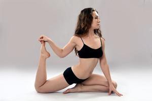 blanke vrouw is het beoefenen van yoga. foto