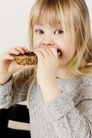 meisje dat van snack geniet foto