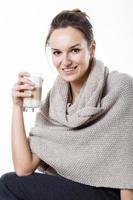 vrouw die van haar koffie geniet foto