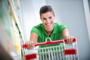 genieten van winkelen bij de supermarkt foto