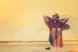 hipster man buiten genieten.