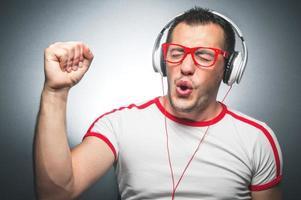 man genieten in muziek foto