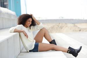jonge vrouw die van de zomer geniet