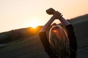 jonge vrouw geniet zonnestralen foto