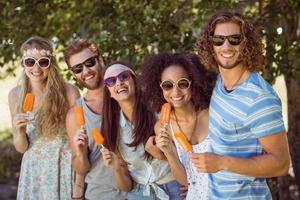 hipster vrienden genieten van ijs lollies foto