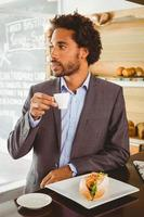 zakenman genieten van zijn lunchpauze foto