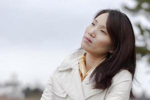 Koreaanse vrouw geniet van het weer. foto