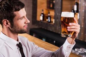genieten van het beste bier ooit. foto