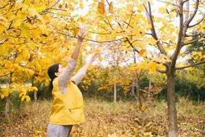 jonge vrouw genieten van herfstseizoen. foto