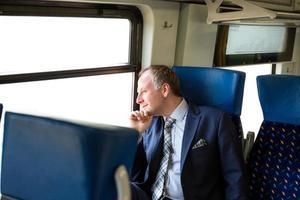 zakenman genieten van zijn treinreis foto