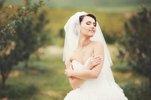 prachtige jonge bruid genieten van trouwdag. foto