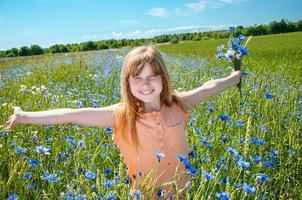 mooi meisje genieten van de zomerzon foto