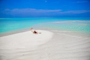 jonge vrouw genieten van tropische strandvakantie foto