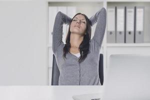 jonge zakenvrouw genieten van een ontspannend moment foto